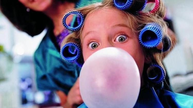 Los beneficios y riesgos de mascar chicle para nuestra boca